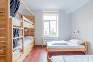 旅館業法施行令の改正案で民泊も「旅館・ホテル営業」の可能性。最低客室数廃止など基準緩和。