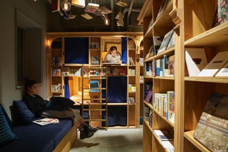 〝まるで本棚の中で眠っているよう〟泊まれる本屋「BOOK AND BED TOKYO 京都店」を紹介。