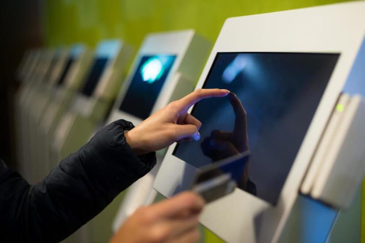 株式会社アルメックス、ホテル向け自動チェックイン/アウト機「KIOSK」を開発。多種類の決済に対応。