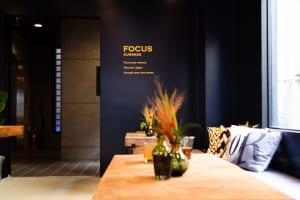 旅の思い出の瞬間にFOCUSし、その世界感を共有し合う。PLAY&coの新たな宿泊施設「FOCUS KURAMAE」が10月26日にオープン
