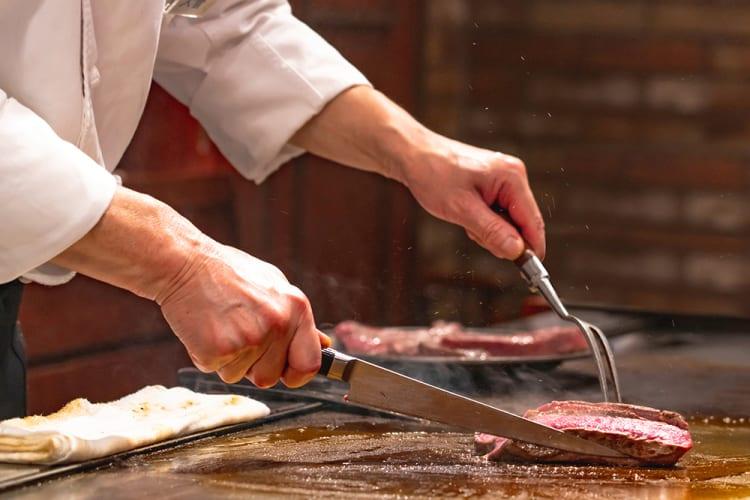 訪日外国人にも人気のブランド牛で、関西の高級ホテルに動き。既存レストランが続々と「鉄板焼き」に