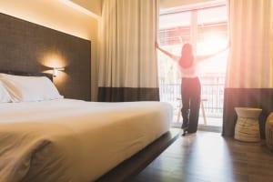 2017年度の沖縄県内は全ホテルタイプで客室稼働率が2年連続8割超え、改装により客室単価も上昇