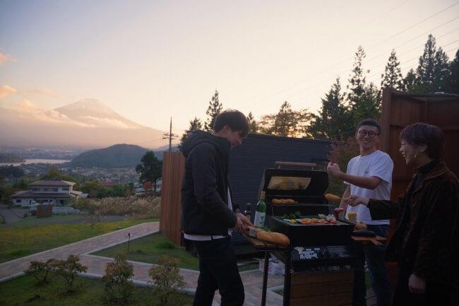 富士山と河口湖の絶景を楽しめるグランピング施設「Dot Glamping」開業、サウナも建設中