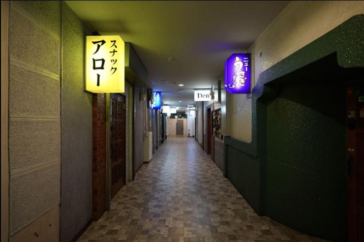 ノスタルジックな「泊まれるスナック街」に注目 青森のスナックビルを看板や外装そのままにホテル化