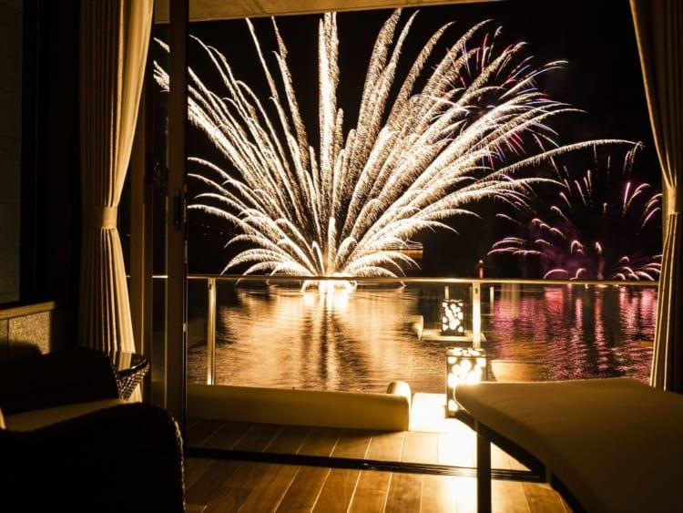 無料宿泊が当たる「Go with Relux」8月テーマは、宿で感じる、夏時間。 今年の夏は、北海道の「ザ・レイクスイート 湖の栖」の客室で花火鑑賞をご提案